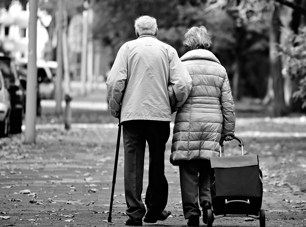 ouder paar wandelen - Jipa Praktijk voor Ergotherapie